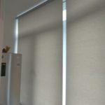 рулонные шторы закрывают холодильник на балконе