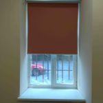 рулонная штора до подоконника ближе к раме окна