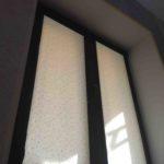 Рулонная штора на раме темно коричневой раме окна